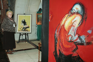 Czerwony obraz prezentowany przez Okna Sztuki