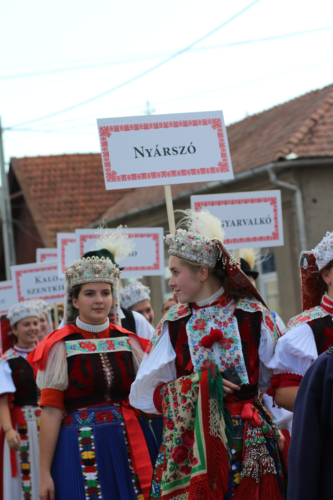 19f656566d Az esemény fénypontja a vasárnap déli népviseleti mustra, amelynek keretén  belül Kalotaszeg közel 30 településéből érkező csoportok ünnepi ruhát öltve  ...