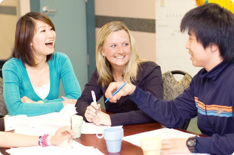 Học tiếng anh với người nước ngoài sẽ giúp bạn nhanh tiến bộ