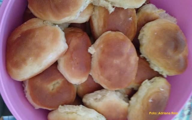 Pães doces pequenos dentro de bacia cor-de-rosa
