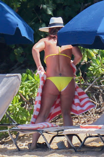 Britney-Spears-rocks-an-itty-bitty-yellow-bikini-at-the-beach-in-Hawaii.-j7dxip24g2.jpg