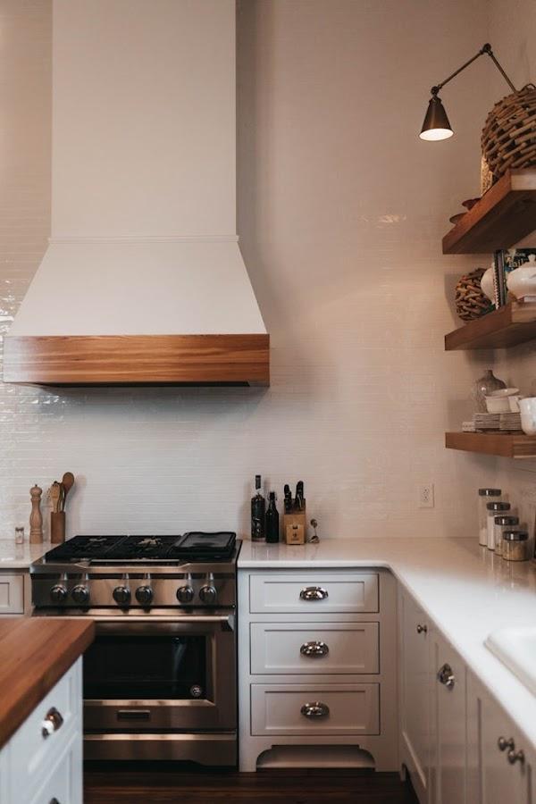 Cocina rústica con tiradores de concha dorados y mobiliario en gris