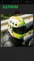 На мотоцикле мужчина в шлеме готовится ехать