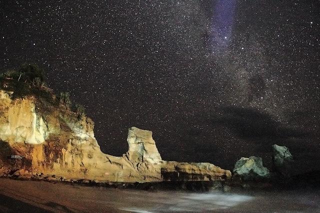 Galaksi Bima Sakti di atas Pantai Klayar