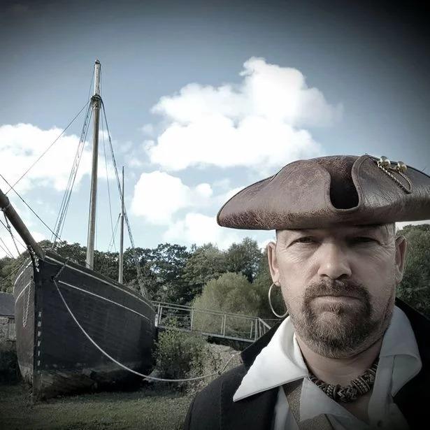 Cumplió su sueño de construir un barco pirata con el que recaudará dinero para beneficencia