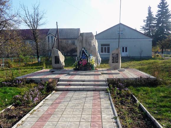 Тяпче. Пам'ятник Миколі Корпану і загиблим односельчанам