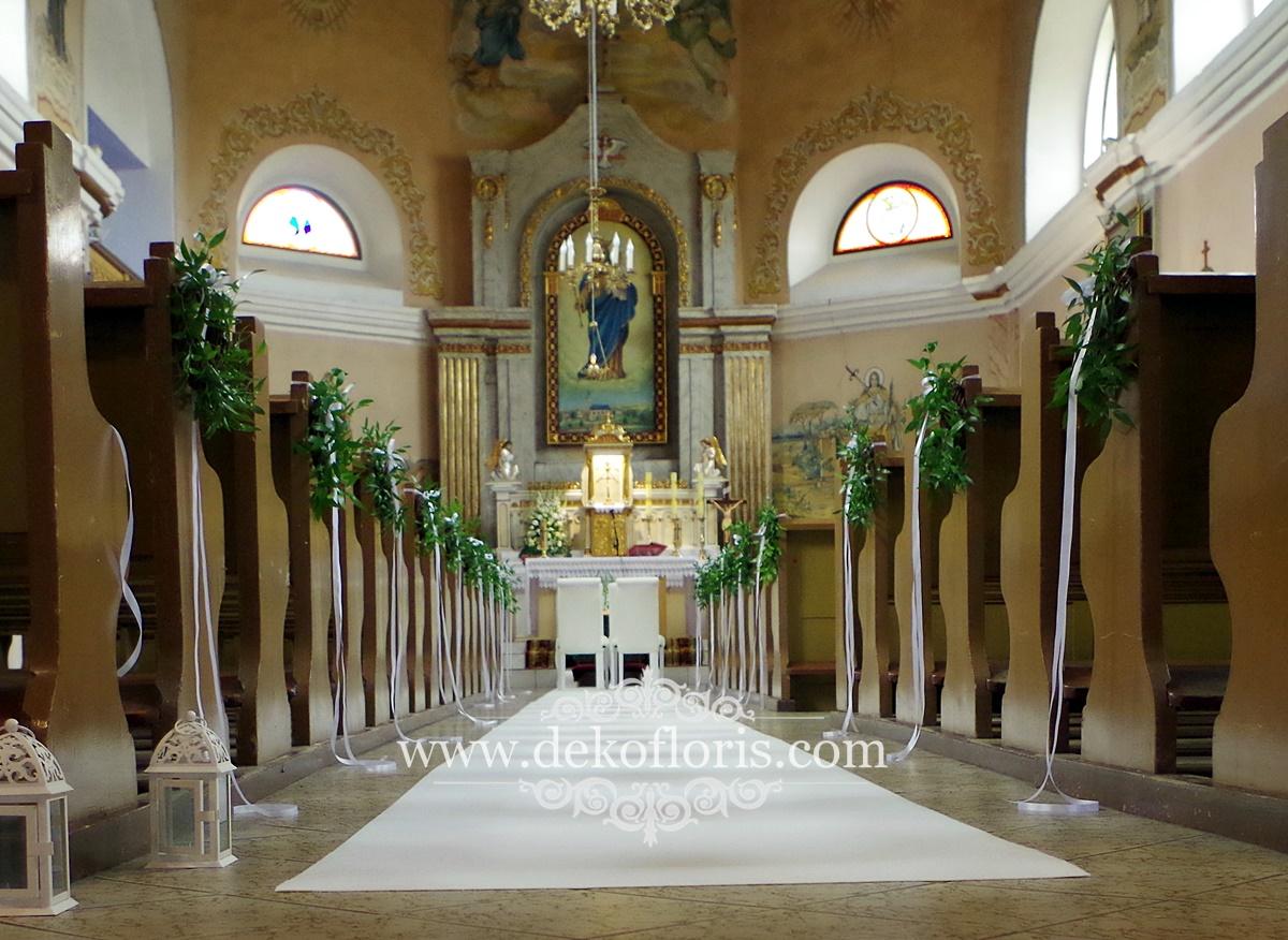 Wystrój kościoła na ślub - biały dywan i wianuszki