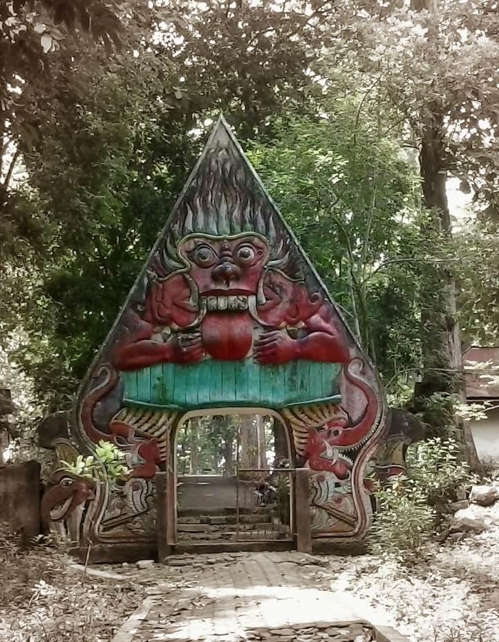 Gerbang gapuro masuk wisata alam sumber semen Sale Rembang