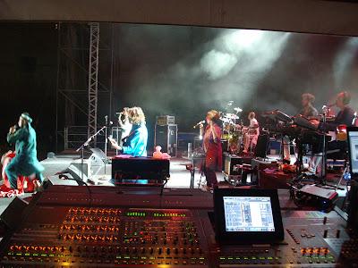 Elio e le Storie Tese live on stage con mixer digitale Yamaha PM5d al fonico di palco