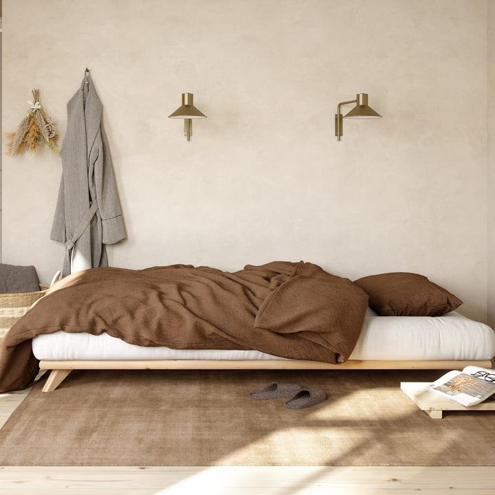 łóżko i kanapa w jednym pokoju