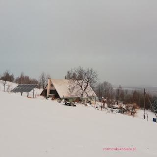 Panele fotowoltaiczne wolnostojące przy domu w górach