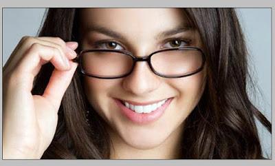 Model cewek cantik berkacamata