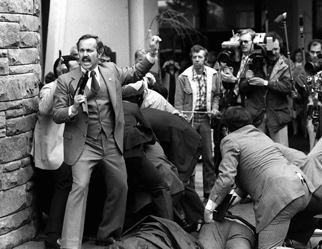 Segundos despues del intento de asesinato de Ronald Reagan, foto tomada el 30 de marzo de 1981. Fotos insólitas que se han tomado. Fotos curiosas.