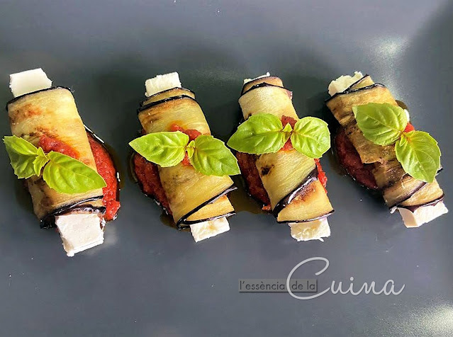 rotllets Alberginia; formatge FET, tomàquet, Rollitos Berengena, l'essència de la cuina, cuina casolana