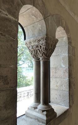 ROMÁNICO EN NUEVA YORK. THE CLOISTERS MET. Claustro de Saint Guilhem Le Desert. Capiteles y columnas 1
