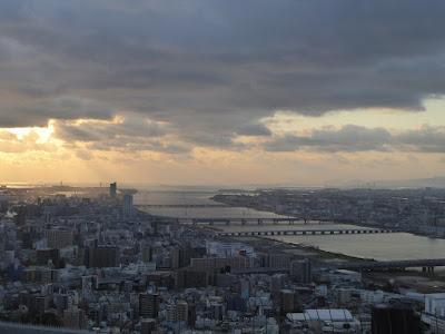 梅田スカイビル空中庭園展望台から望む西側の景色
