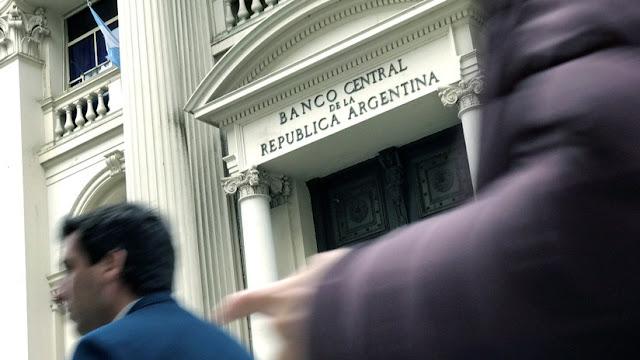 El Banco Central de Argentina sube la tasa de interés hasta el 74% anual tras la fuerte devaluación del peso