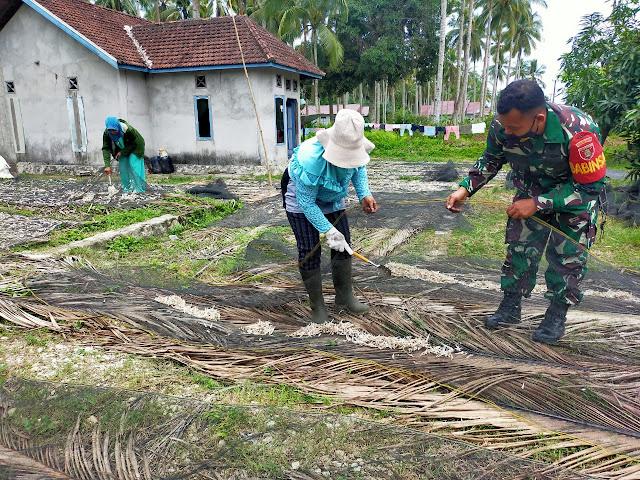 Pererat Silahturahmi, Babinsa Tanjung Tengah Laksanakan Komsos Dengan Warga Penjemur Ikan Teri
