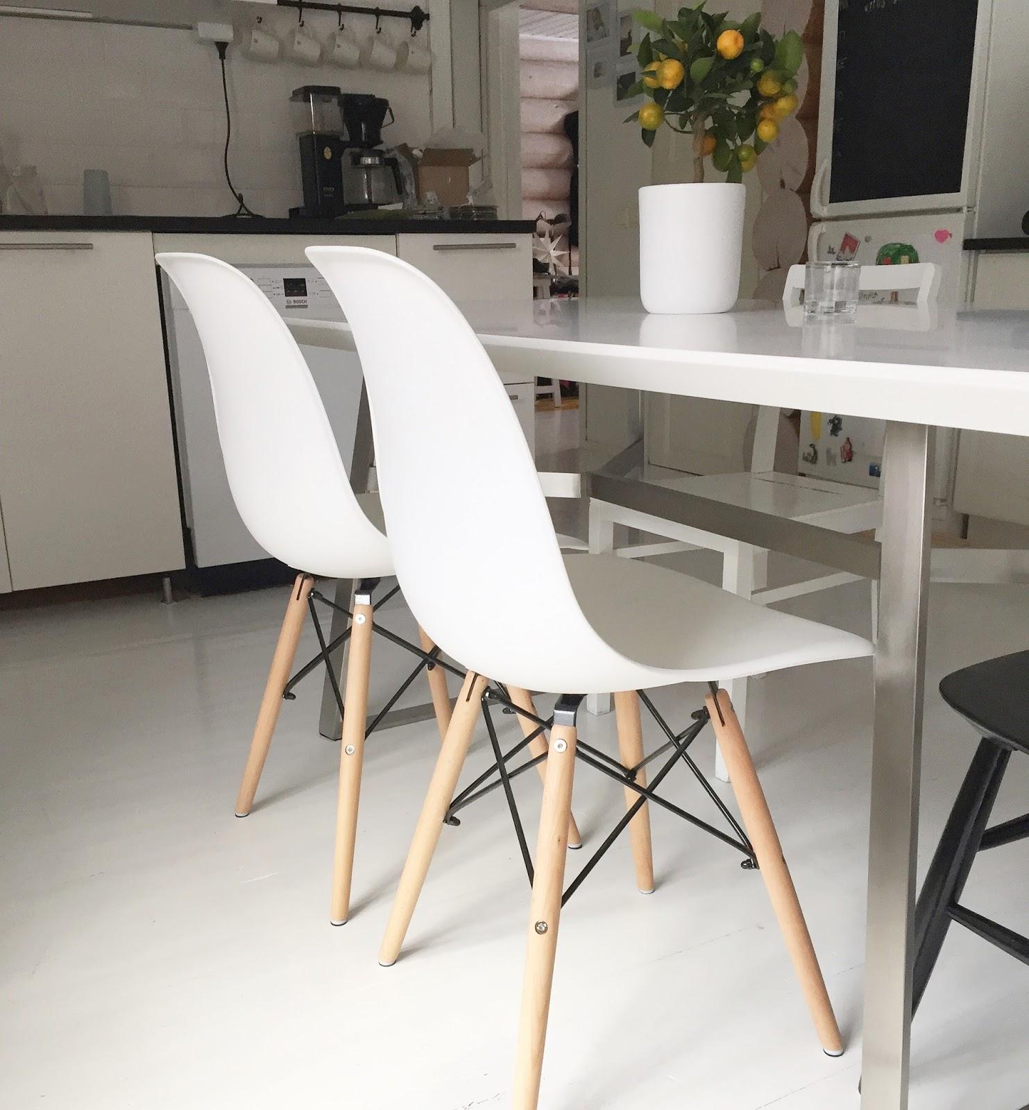 Hirsitalon taikaa Keittiön uudet tuolit