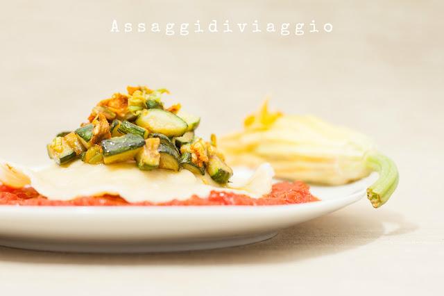 Raviolone ripieno di ricotta e provolo con sugo alle zucchine e fiore di zucca ripieno