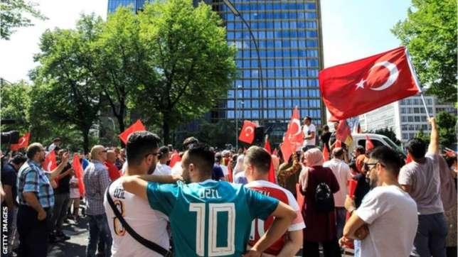 NEWS: Mesut Ozil(100s of German fans protest in support of midfielder in Berlin)