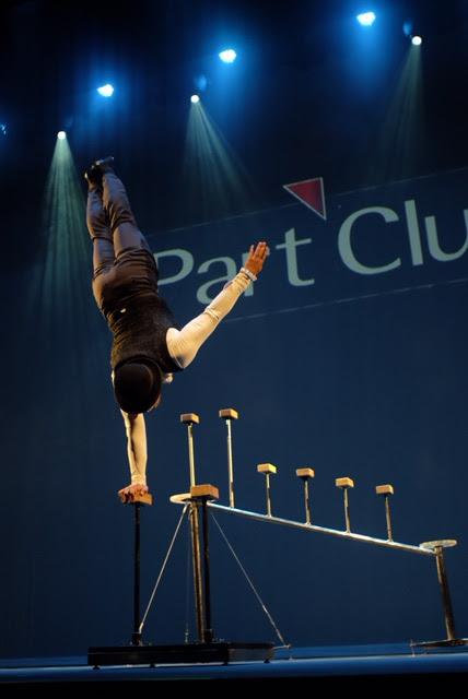 Performance Parada de Mãos de Humor e Circo Produtora em show de encerramento da convenção de vendas Part Club em São Paulo.
