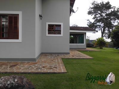 Calçada de pedra construída com pedra moledo com espessura de 10 cm a 20 cm.
