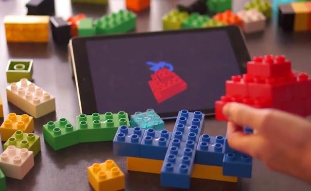 Na imagem mostra as peças de lego sendo exibidas em 3D num tablet