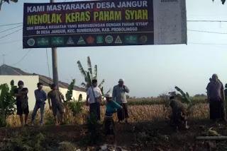 """Pasang Banner Tolak Syiah, Warga Desa Jangur: """"Faham Sesat dan Menyesatkan"""""""