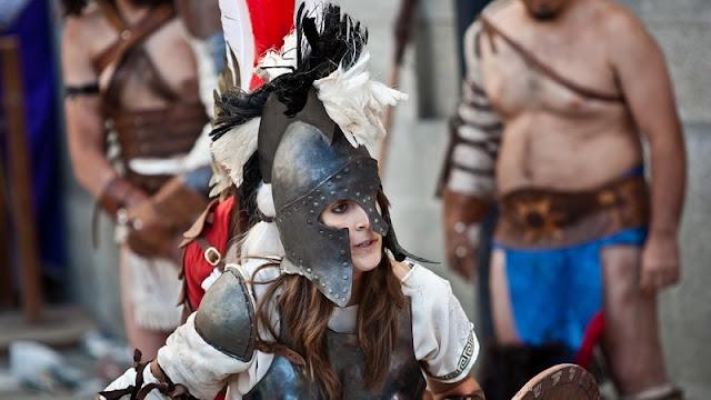 gambar gladiator wanita yang dikenal sebagai gladiatrix tengah bertarung di koloseum