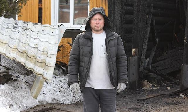 Загорелась куртка и волосы — многодетный отец, рискуя жизнью, спас бабушку-инвалида из горящего дома