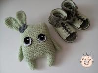 idée cadeau parure bébé sandales à franges au crochet et doudou lapin