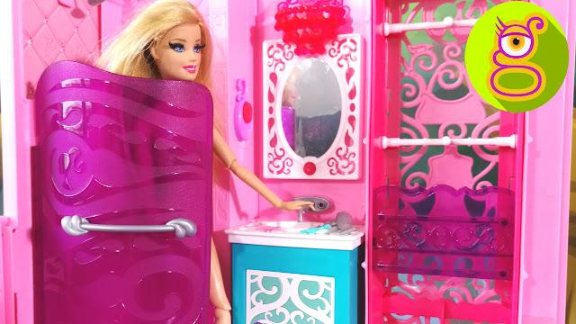 Barbie se ducha y ¿comerá Ken la tarta con el hechizo de amor? - Juguetes Barbie en español - Capítulo #28