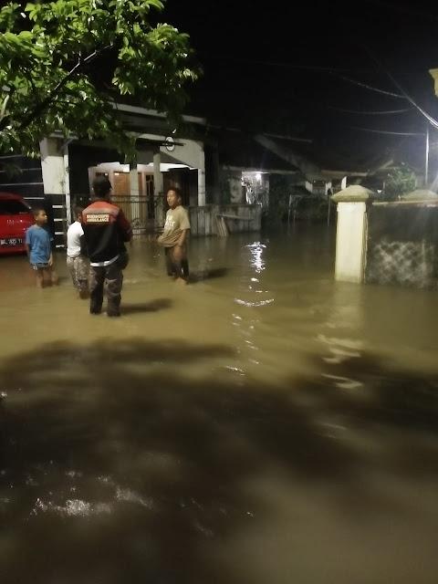 Salah seorang warga yang enggan disebutkan namanya mengungkapkan tingginya intensitas air hujan menyebabkan meluapnya air hingga masuk ke pemukiman warga sehingga mengakibatkan banjir.