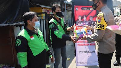Kapolres Kediri AKBP Lukman Cahyono, S.I.K, M.H Berikan Bantuan 200 Paket Beras kepada Ojek Online