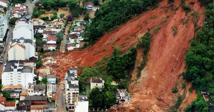 Toprak kayması yağmurdan yumuşayan toprağın eski sertliğini kaybetmesi sonucu görülür.