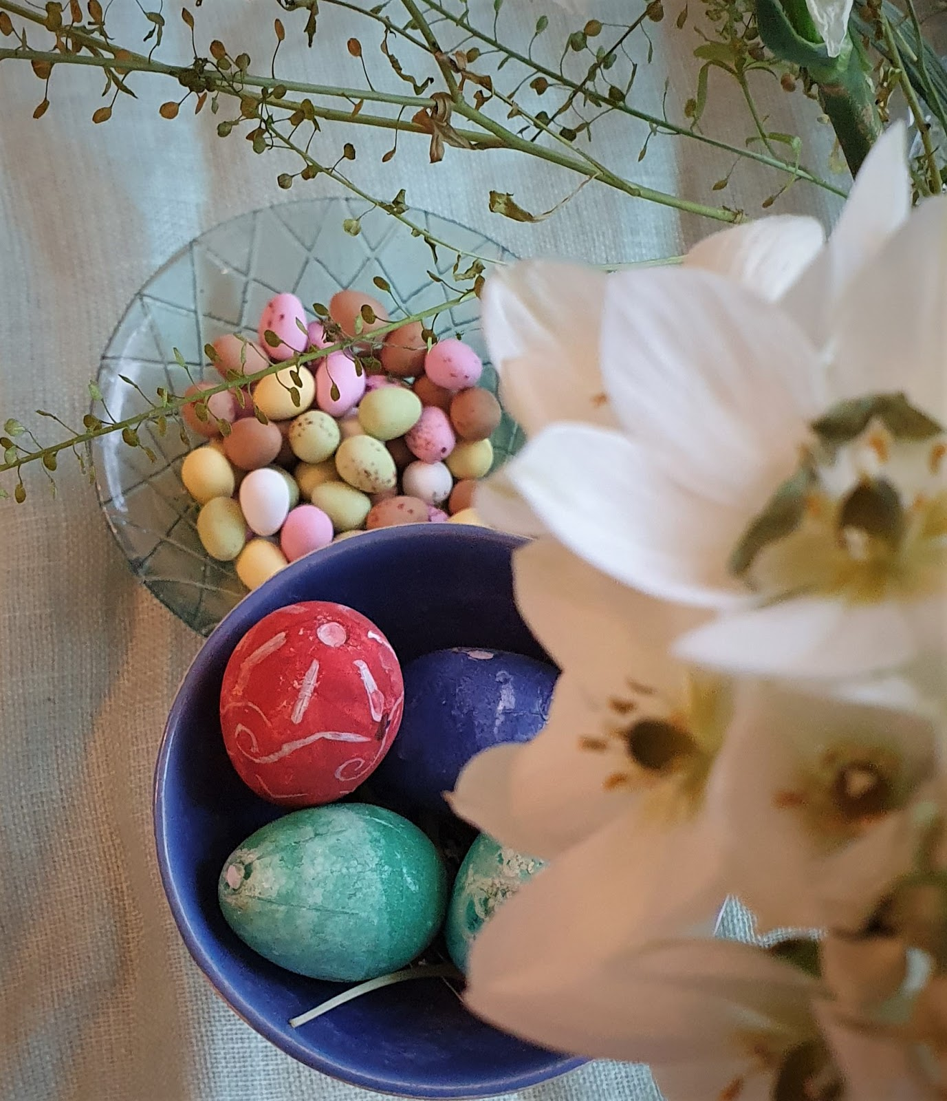 pääsiäismunia ja suklaamunia