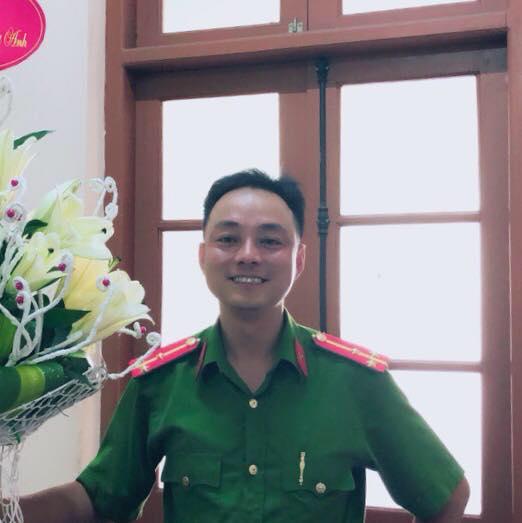 Thượng úy CA Thái Nguyên ném xúc xích và tát vào mặt nhân viên bán hàng