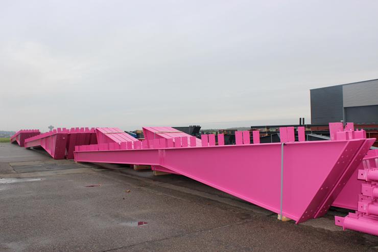 Розовые металлические конструкции