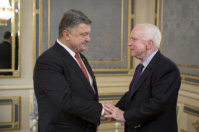 El presidente de Ucrania, Piotr Poroshenko, saluda al senador John McCain, Kiev, Ucrania, 23 de septiembre de 2015Mikhail PalinchakReuters