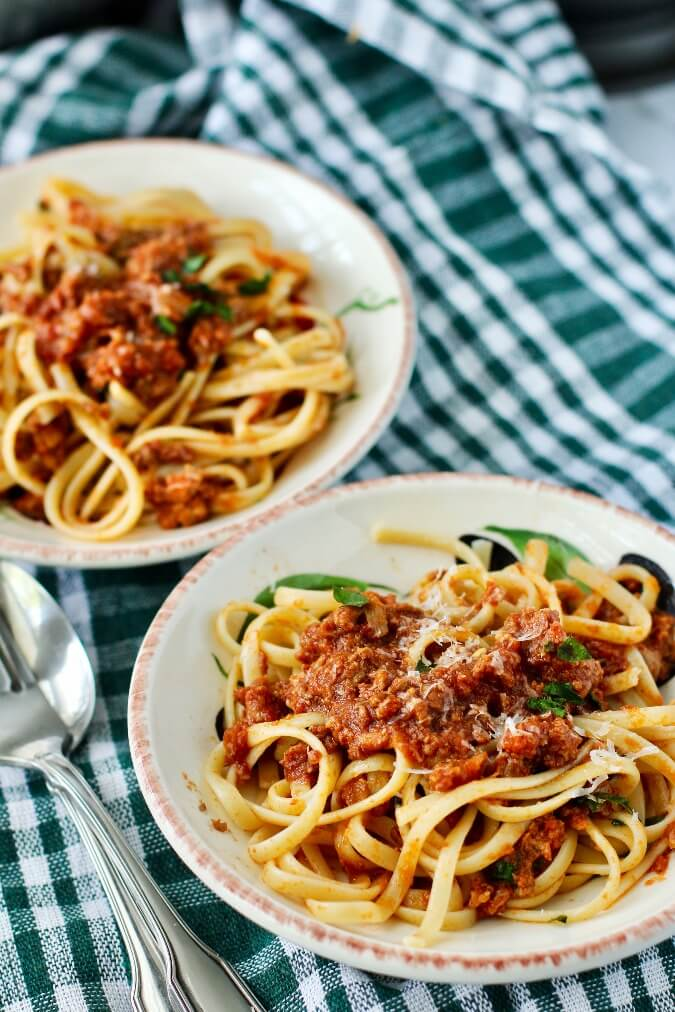 Ragu Bolognese with linguine in bowls