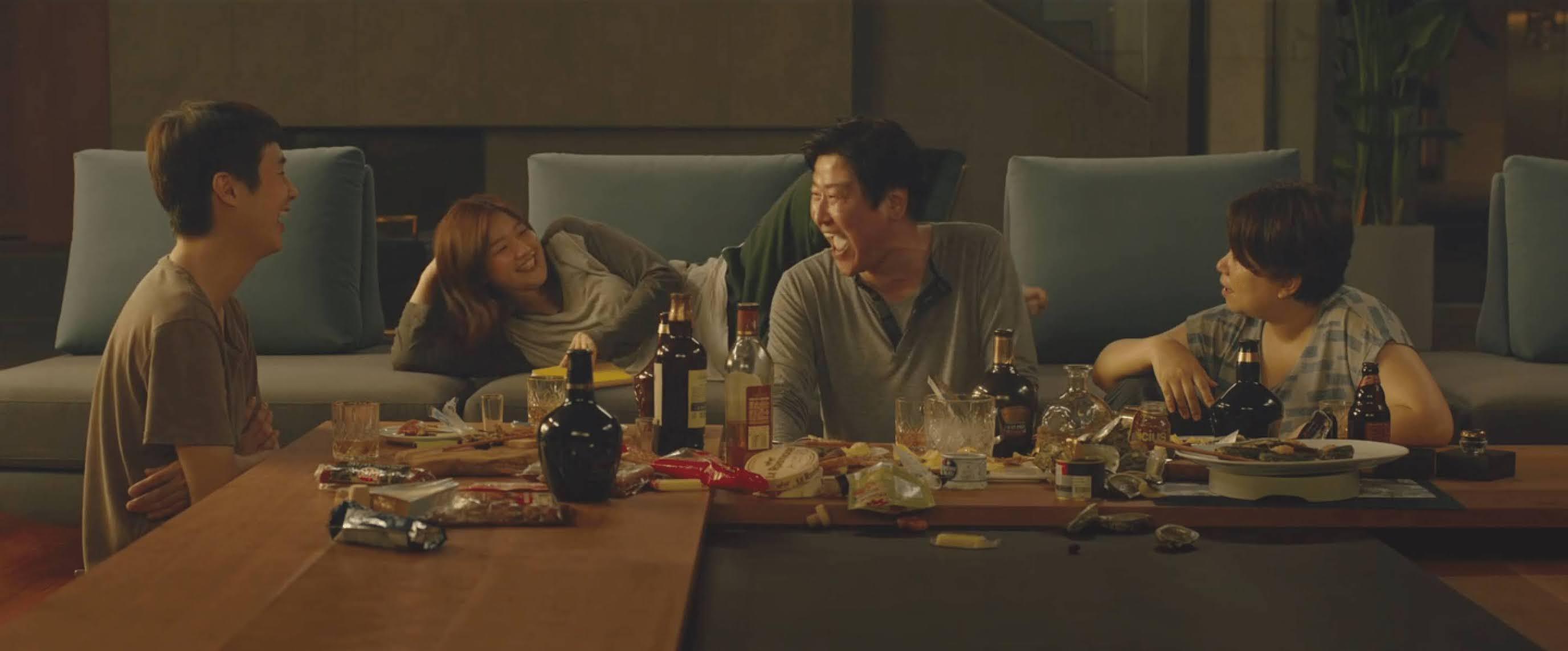 keluarga Kim saat bersantai di rumah keluarga Park