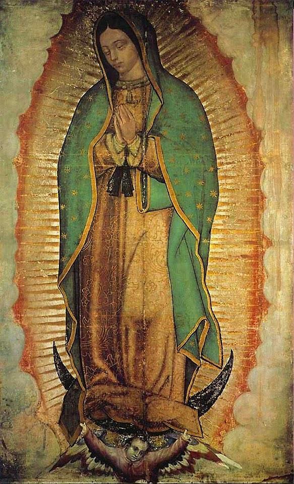 Nossa Senhora com as mãos postas indica que vem trazendo Deus de presente,, do qual está grávida sendo virgem. E usa cores de imperatriz dona das estrelas.