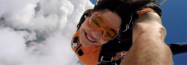 salto de voo em queda livre de mulher morena