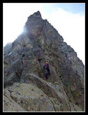Trepando el pico del Portillón, en la cresta del Seil de la Baque