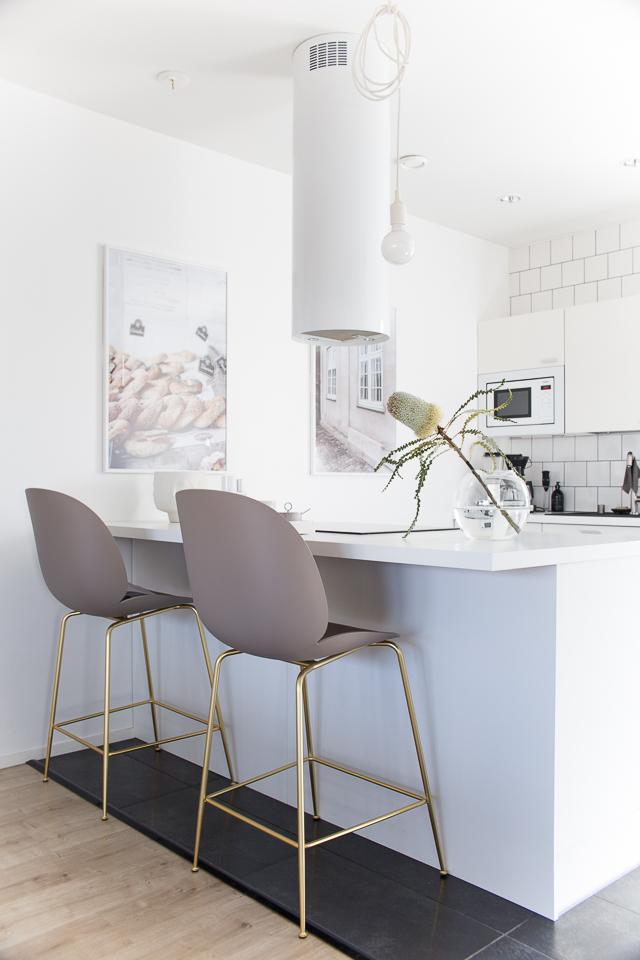 Villa H, keittiö, Gubi beetle baarituolit, sisustus