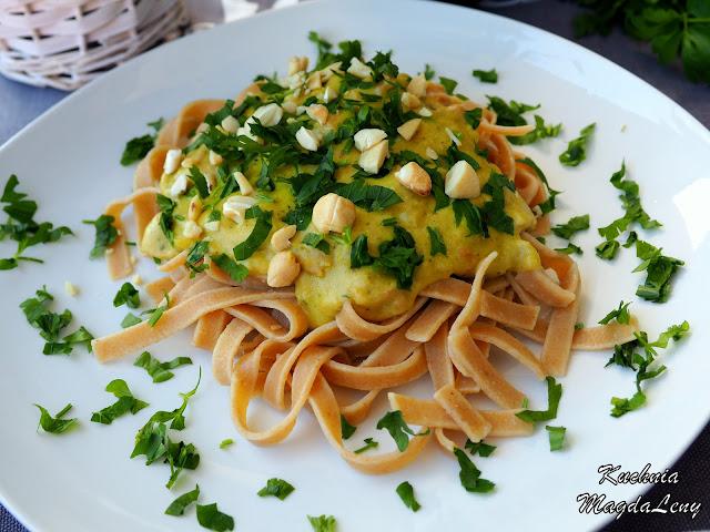 Pesto z bobu z szynką parmeńską
