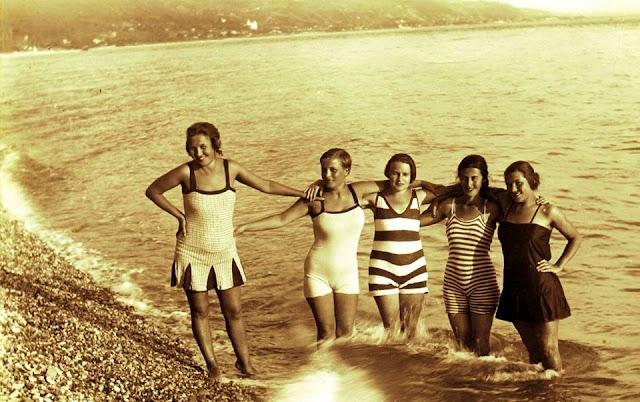 Девушки в купальных костюмах, Гагра, 1920ые годы