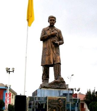 Foto a la estatua de Daniel Alcides Carrión de día