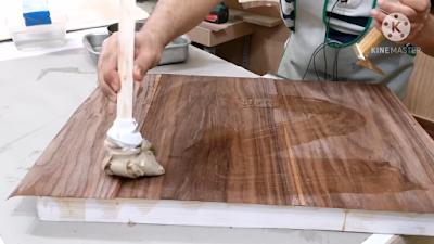 إضافة لاصق غراء الجيلاتين على سطح الخشب بإستخدام فرشاة القماش